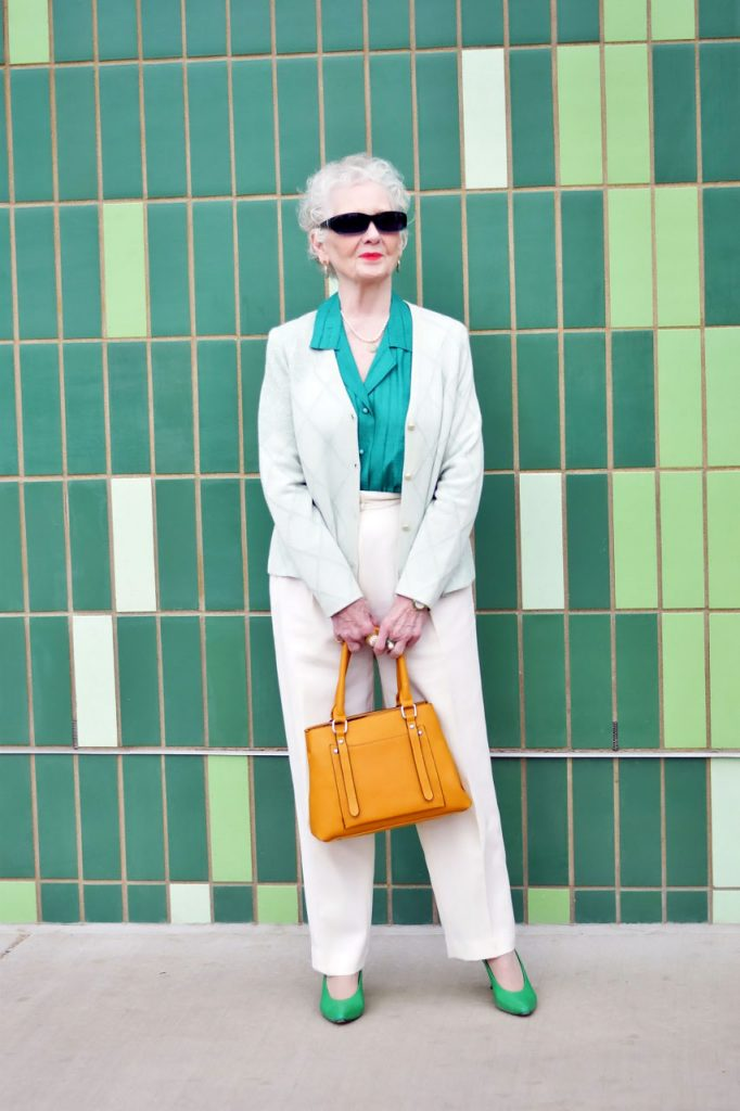 How to wear a problematic piece for women over 80