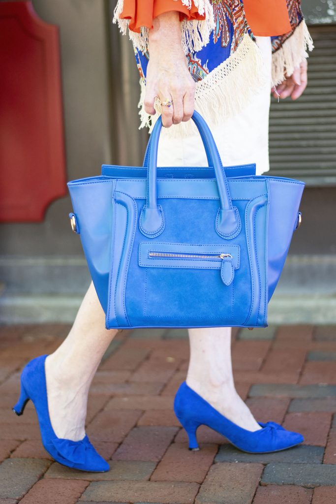 Bright colors for summer in our outfits for women over 40 with a colorful purse