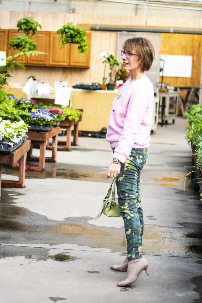 How to wear green and pink with camo jeans