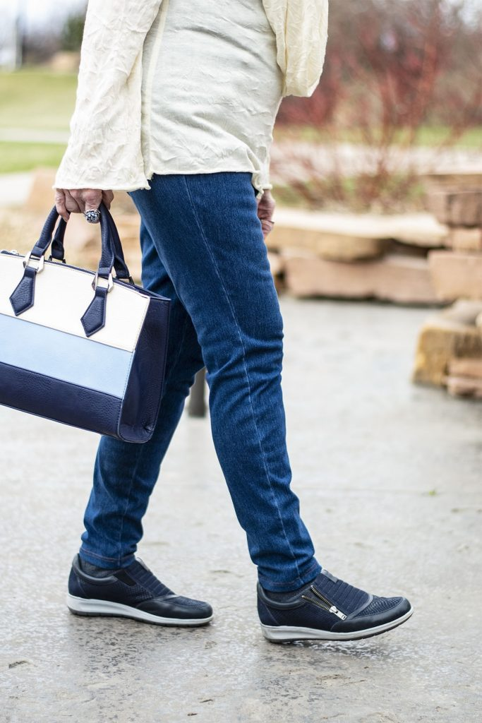 Blue jeans and navy sneaker outfits