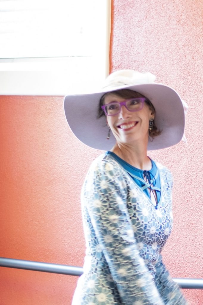 What to wear on Mother's Day with a hat