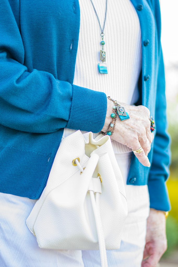 How to match jewelry with a white and blue outfit