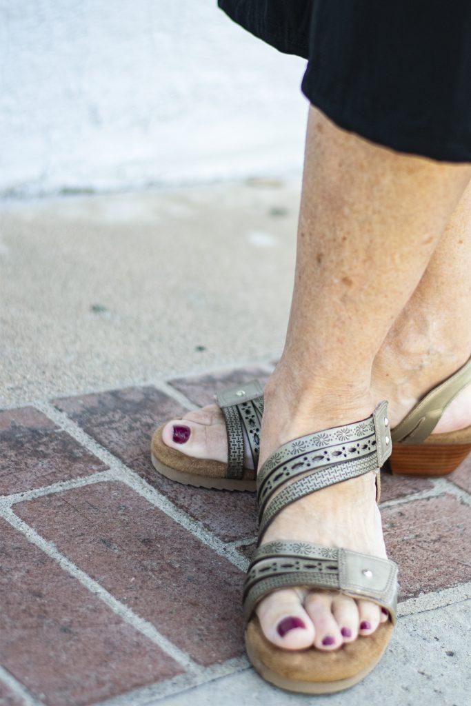 Metallic color sandals
