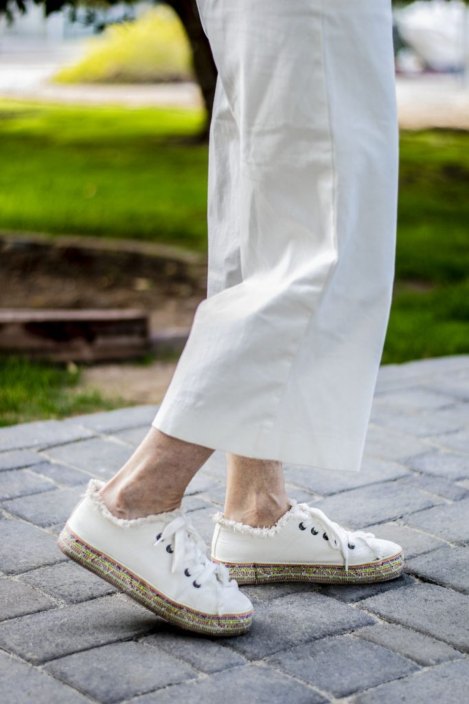 Sneakers as shoes to wear with cropped flare jeans